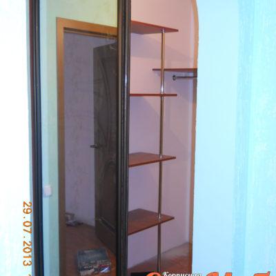Мини гардеробная с дверьми купе