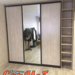 Встроенный шкаф купе со стеллажом